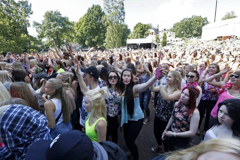 Summer Up -festivaalin turvallisuuspäällikkö Hannu Vappula arvioi, että tämän päivän aikana Mukkulassa päästään 10 000-12 000 festarikävijän lukemiin.  - Kun aurinko